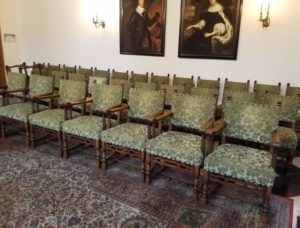Life2 meubelonderhoud herstelde de antieke stoelen van oude Stadhuis Delft